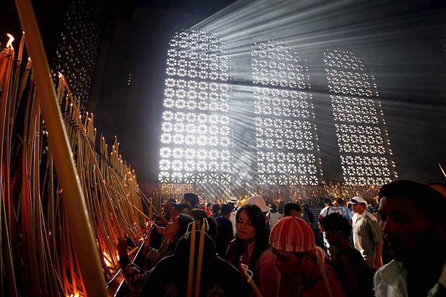 Католики зажигают свечи во время молитвы Богородице.