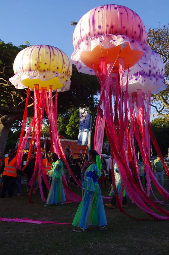 Карнавал в Новой Каледонии красивый. И сразу видно, что вокруг - океан!