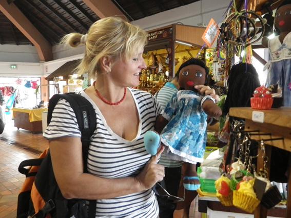 Кругосветчики - они же тоже туристы. Вот и сувениры покупают.