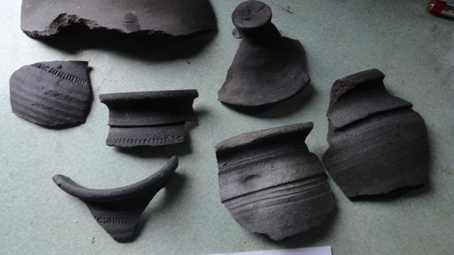 На месте бывшего Закхайма удалось откопать большое количество керамики орденского периода.
