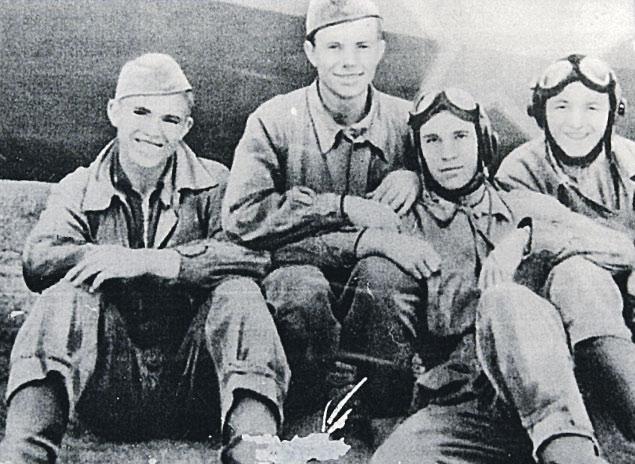 Юрий Гагарин (второй слева) с однокурсниками по летному училищу в Оренбурге.