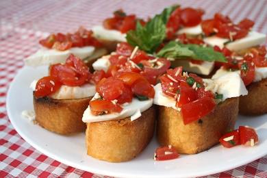 Брускетта простая и вкусная итальянская закуска.