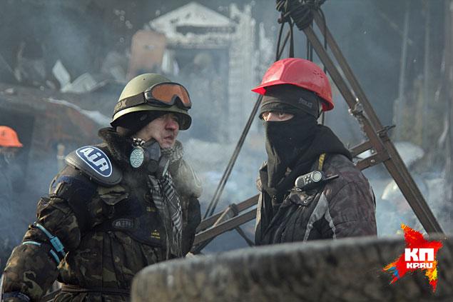 Для связи между отрядами радикалы используют портативные рации (на плече у человека в красной каске)