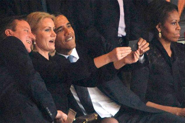 На похоронах Манделы Обама и Кэмерон позировали для