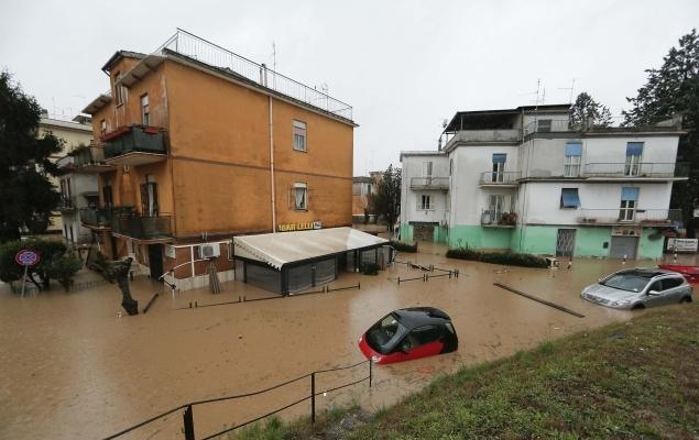 Потоки грязной воды заполнили улицы