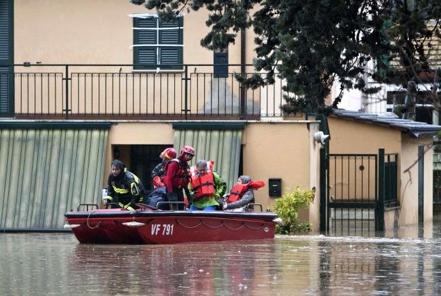 Спасателям пришлось пересесть на лодки
