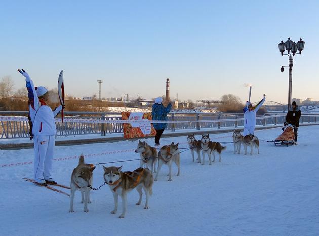 Олимпийский огонь, привезенный на упряжке собак, встретила Луиза Носкова.