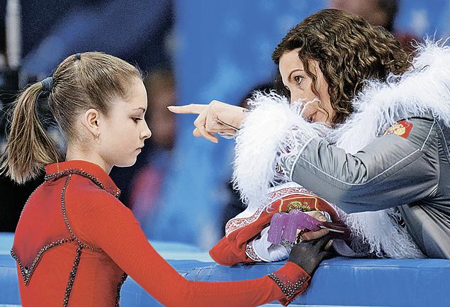 Тренер Этери Тутберидзе умеет найти нужные слова, чтобы девочка порхала надо льдом с грацией бабочки.