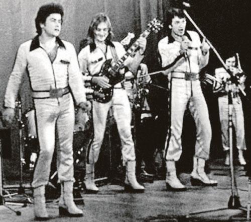 Голосом Николая Расторгуева (крайний слева) заслушивались еще поклонники ВИА «Лейся, песня!».