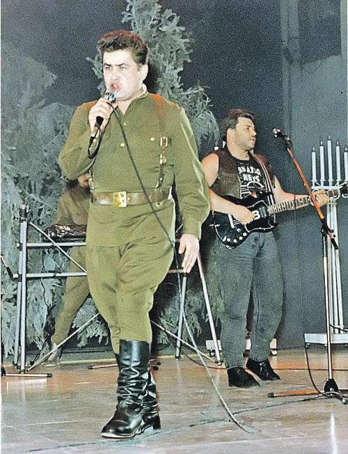 Атас! На сцене «Любэ» и Николай Расторгуев в фирменной гимнастерке.