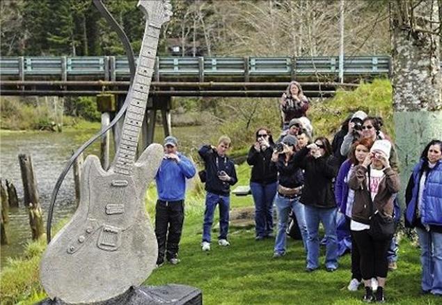 Памятник гитаре Курта Кобейна
