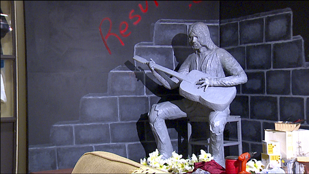 Памятник Курту Кобейну в историческом музее Абердина