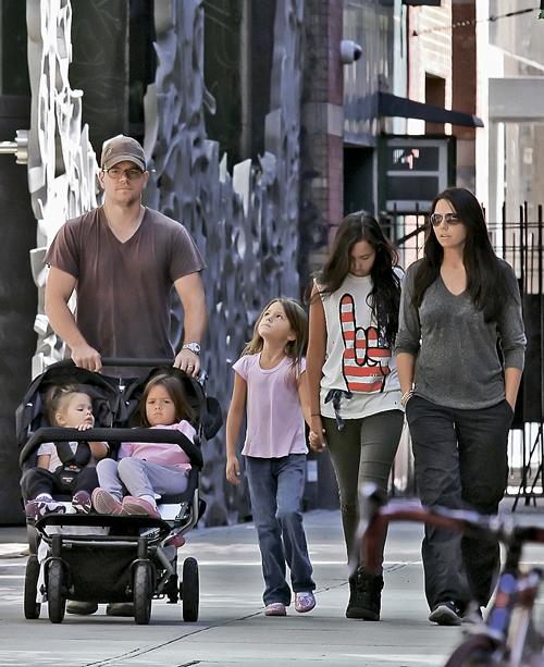 Мэтт Дэймон все меньше интересует папарацци. Ну какой смысл снимать его семейные выходы в свет? (С женой и дочерьми.)