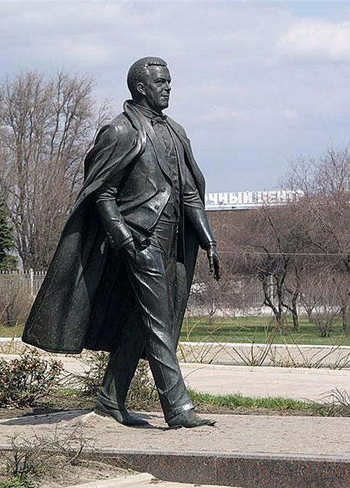 В Донецке еще 10 лет назад установили скульптуру Иосифа Кобзона