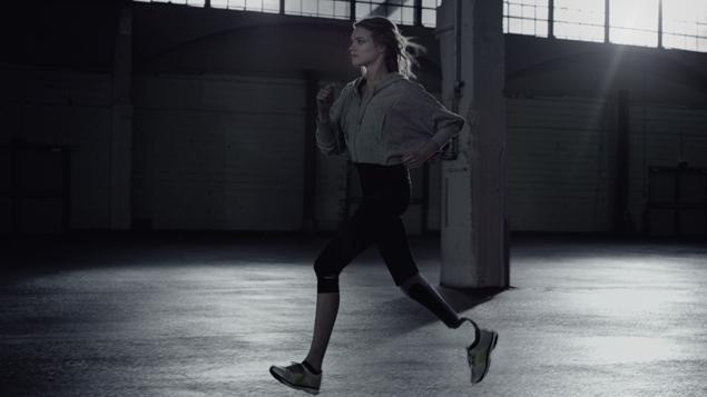 В ролике в поддержку Паралимпиады создали иллюзию, что Наталья бежит на протезе.
