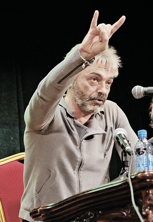 Костя Кинчев выступает в стиле раннехристианских святых.