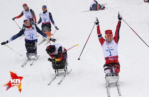 На финише финальной гонки в спринте среди женщин в классе «сидя» зарубились Марта Зайнуллина и Андреа Эскау
