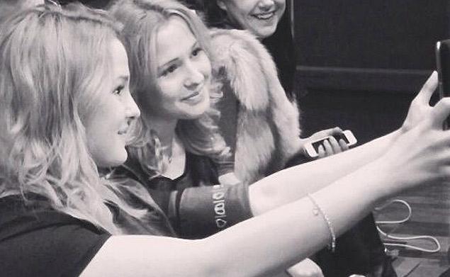 Сестры Толмачевы во время записи конкурсной песни в московской студии звукозаписи.