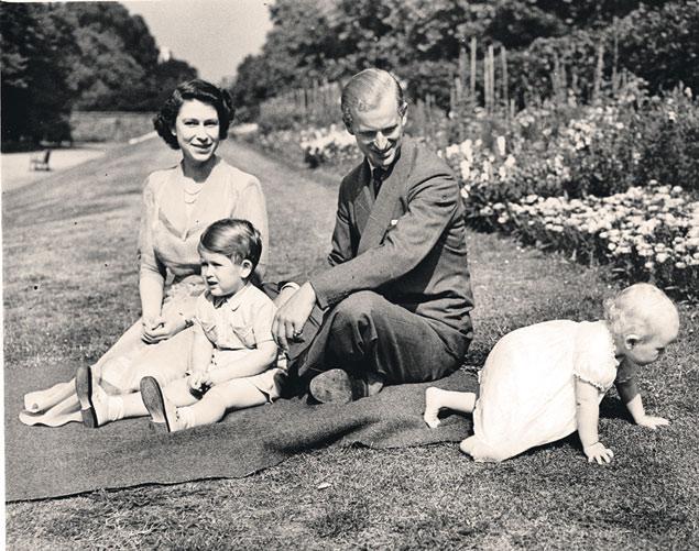 Август 1951 года: у тогда еще принцессы Елизаветы и Филиппа подрастают сын Чарльз и дочка Анна, а британским спецслужбам еще только предстоит узнать, какие непотребства творятся в тайном «Четверг-клубе» с участием Филиппа...