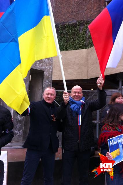 Этот пикет стал одним из первых в мире, на котором выходцы из России и Украины встали плечом к плечу, чтобы отстоять мир в своих странах