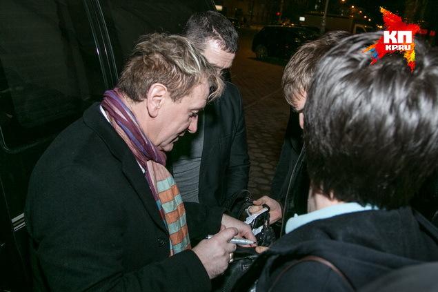 После концерта Сергея Пенкина не хотели отпускать поклонники.