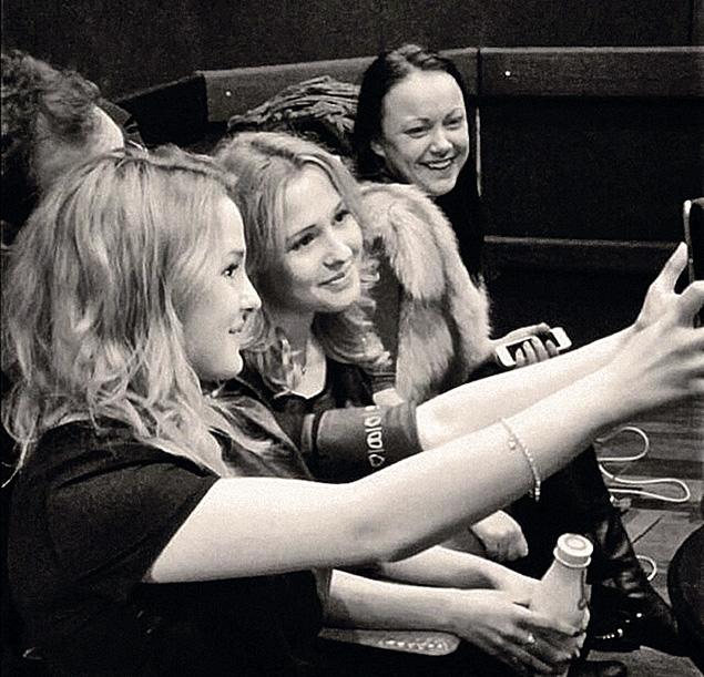 На репетиции близняшки были позитивно настроены и часто фотографировались.