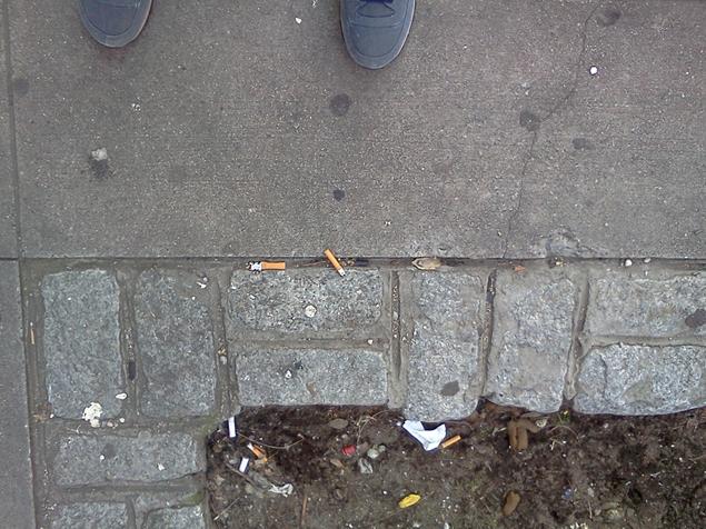 Образцы биологического материала незнакомцев художница собирает на улицах.