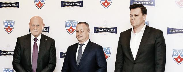 Исаак Шепс, Илья Кочеврин и Максим Лазаренко (слева направо) подписали соглашение о продлении сотрудничества.