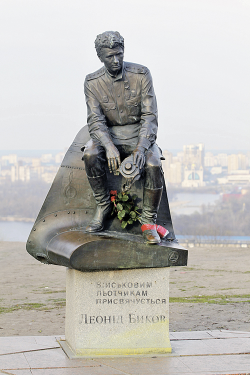 Памятник герою Быкова оказался неугоден из-за советской гимнастерки со звездами...