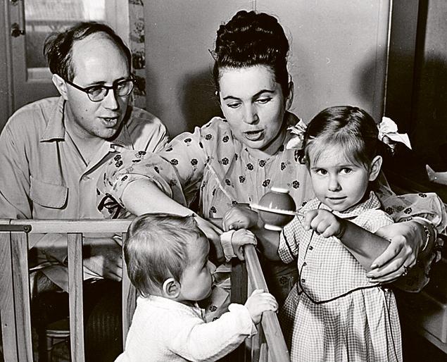 Мстислав Леопольдович и Галина Павловна с дочерьми Еленой и Ольгой.