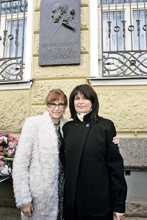 Елена и Ольга Ростропович у дома, где жили их родители после возвращения в Москву из вынужденной эмиграции.