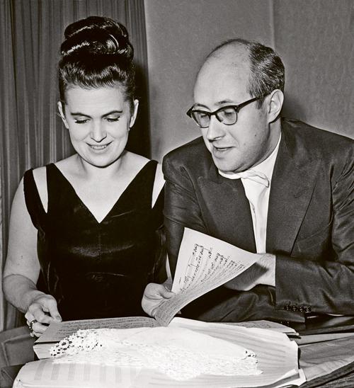 Вишневскую и Ростроповича лишили гражданства СССР с формулировкой «за систематическую материальную помощь подрывным антисоветским центрам за рубежом».