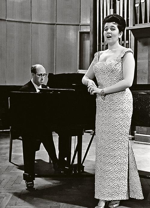 Галина Вишневская стала одной из первых советских оперных певиц, добившихся признания на мировой сцене.