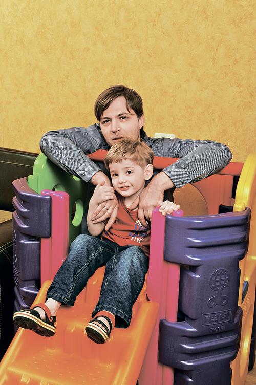 Муж Наталии Иван все свободное время уделяет детям: играет с ними, кормит, гуляет и читает книжки.