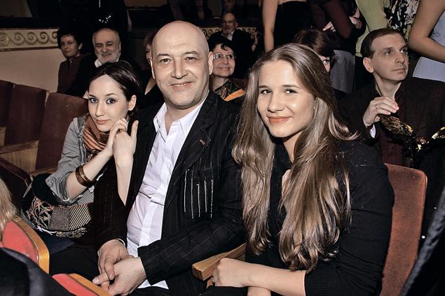 Актер с дочерьми от двух браков - Василисой и Софьей.