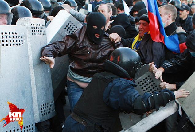 Митингующие подняли российский флаг над зданием Донецкой обладминистрации
