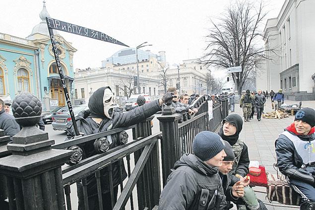 Евромайданный шабаш на фоне храма.