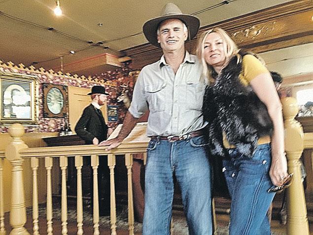 Сестра Яценюка Алина Стил  с мужем-американцем. По слухам, они заправляют местными сайентологами в родной Санта-Барбаре.