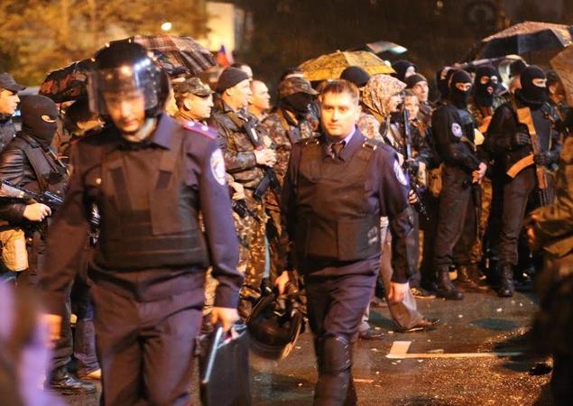К полуночи первая группа милиционеров под крики «Позор!» вышла из здания