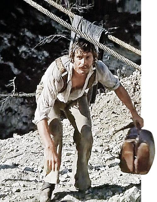 Еще одна неточность: в фильме идет речь о сумме в 500 тысяч рублей золотом. Такие деньги, по подсчетам специалистов, должны весить не меньше 250 кг. А в картине они умещаются в дорожный саквояж, с которым бегает герой Михалкова (на фото).