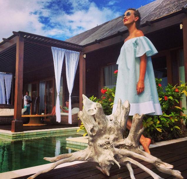 Хотя телеведущая и призывает поклонников братьс собой на Мальдивы только шлепки и крем для загара, сама она привезла на курорт целый чемодан модных нарядов.