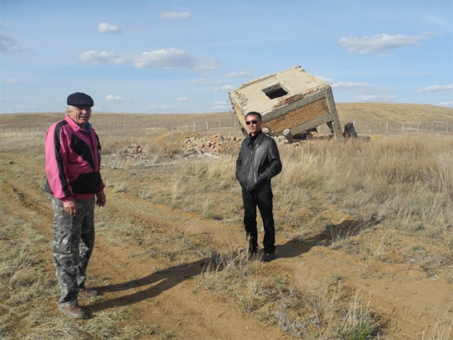 Гигантский куб рядом с радиоактивными отвалами - единственное, что осталось от урановой шахты. И от прежней жизни…