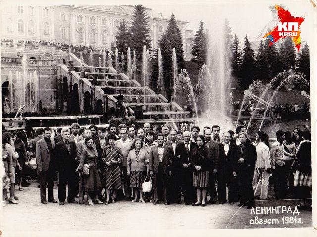 Коллектив на экскурсии в Ленинграде.  Петергоф  Большой каскадный фонтан , август 1981 г.