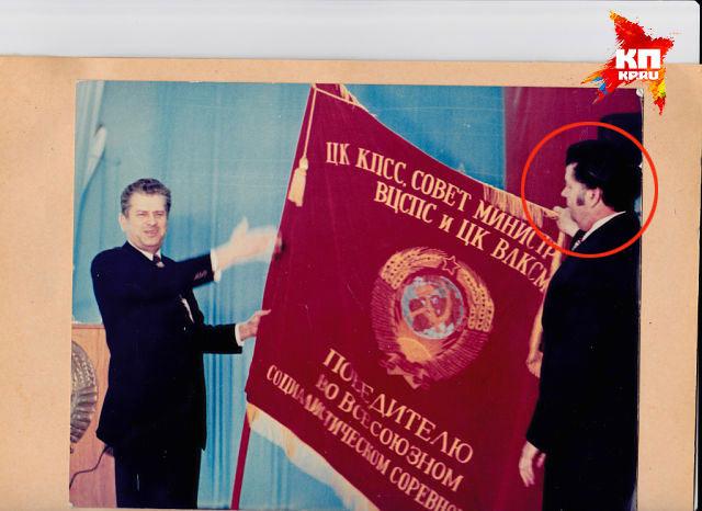 """Председатель """"Молдсельхозтехники"""" Бондаренко вручает вручает знамя Победителю в соц. соревновании директору БОЭРЗ Порошенко А.И. конец 1970-х"""