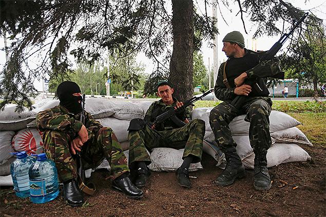Бойцы ДНР на одном из блокпостов в Донецке. Фото: REUTERS