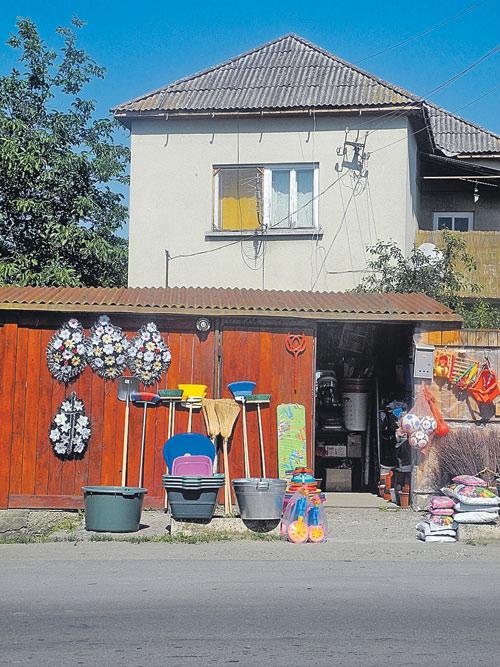 Бизнес как предчувствие: что может быть нелепее и страшнее соседства домашней утвари с похоронными венками?..