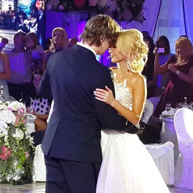 В день годовщины Кудрявцева опубликовала в Instagram красивый кадр, снятый во время брачного банкета.