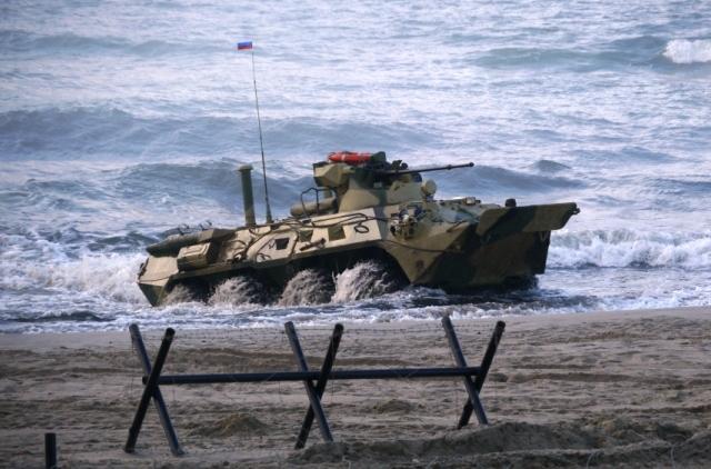 Российские военнослужащие высадятся на необорудованное побережье.