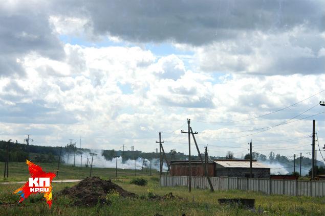 Дым после падения фосфорных зарядов. В правом верхнем углу видны еще падающие заряды