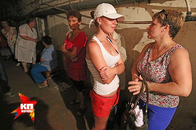 Пациенты клиники и раненые ополченцы пережидают бомбардировку в подвале больницы